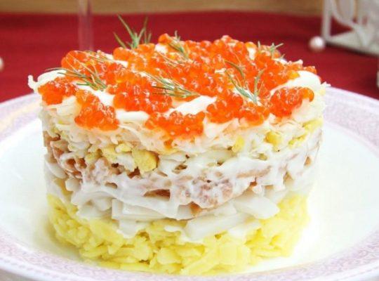 слоеный салат с кальмарами и креветками