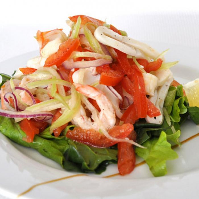 салат с копченым кальмаром и креветками
