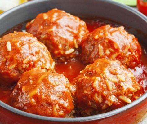 Куриные тефтели с рисом в томатном соусе