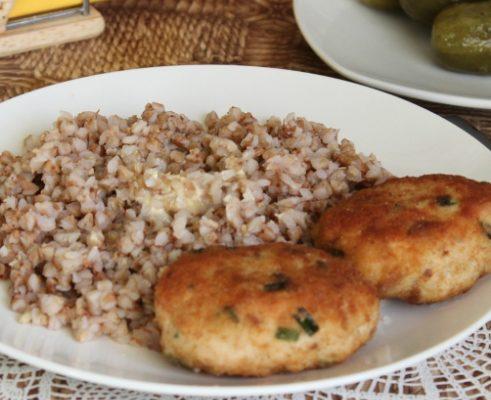 Котлеты из куриного фарша с гречкой на сковороде