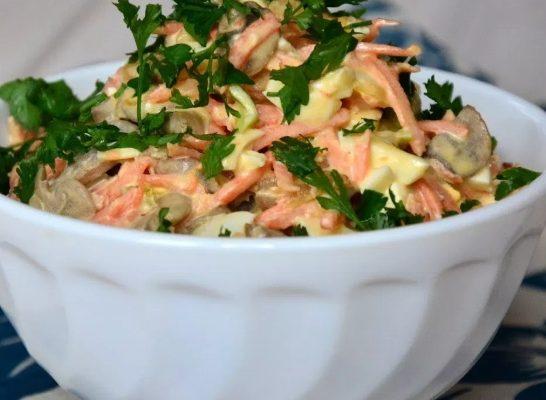 Салат с курицей, грибами и фасолью